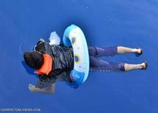 """بـ""""عوامة"""".. شخص يحاول الإبحار من تركيا إلى اليونان"""