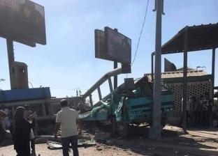 صور.. إصابة شخصين اصطدمت سيارتهم بـ 4 لوحات إعلانية في الإسكندرية