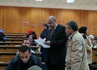 """رئيس جامعة المنيا يتفقد سير الامتحانات في كليتي """"الزراعة"""" و""""الصيدلة"""""""