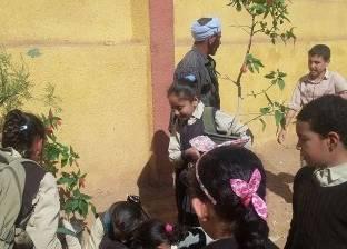 """غرس 35 شجرة مثمرة وزينة وشتلات بمدرسة باقور الابتدائية بـ""""أبو تيج"""""""