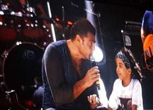 """عمرو دياب يغني دويتو مع طفل على نغمات أغنية """"برج الحوت"""""""