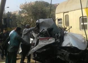 رفع آثار حادث تصادم قطار شبين بسيارة نقل والبحث عن عامل المزلقان