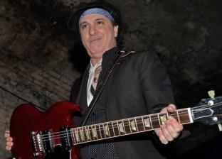 أصوله مصرية.. من هو عازف الجيتار الذي أنهى السرطان حياته؟