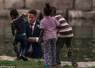 بالصور| عريس يفسد زفافه.. وينقذ طفلا من الغرق
