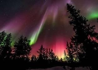 الانفجار الشمسي يزين سماء القطب الشمالي بألوان رائعة