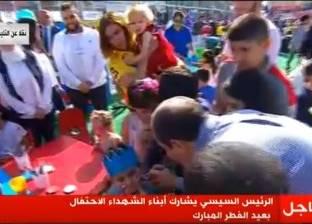 صورة| السيسي يرسم علم مصر على وجه طفل في احتفالات عيد الفطر