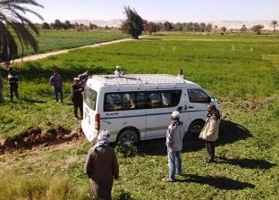 إصابة 14 شخصا إثر انقلاب سيارة على الطريق الصحراوي الغربي بقنا