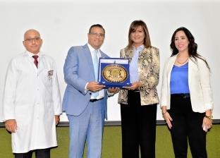 رئيس جامعة المنصورة يهدي درعا تكريميا لوزيرة الهجرة تقديرا لجهودها