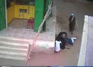 أول فيديو لصعيدي أسيوط وهو يقتل ابنه بالرصاص أمام والدته في الشارع