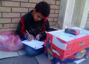"""من بائع مناديل لطبيب أطفال.. حلم """"عوض"""" بورقة وقلم أمام جامعة إسكندرية"""