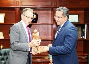 """""""شيخ البلد"""".. هدية وزير الآثار لسفير أستراليا قبل مغادرته مصر"""