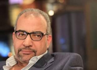 """بيومي فؤاد يسخر من مطربة """"ركبني المرجيحة"""": """"فيها حاجة غلط"""""""