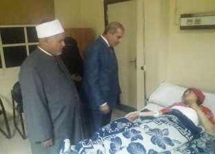 رئيس جامعة الأزهر يزور الطالبة أماني مصطفى بعد إصابتها في حادث سير