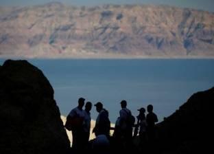 """ذئاب """"البحر الميت"""" تثير الرعب في قلوب السياح"""