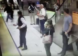 بالفيديو| أمريكية تنجو بأعجوبة من الموت تحت عجلات القطار
