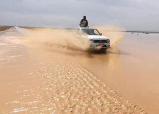 """الدفع بالمعدات لفتح طريق """"مرسى علم – برانيس"""" المتضرر بسبب المياه"""