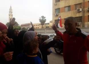 نائب ببولاق الدكرور يوزع أعلام مصر على الناخبين