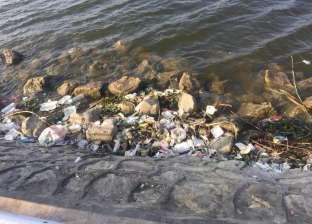 """بالصور  القمامة تحاصر ممشى كورنيش النيل.. وخبير محليات: """"مهازل بتحصل"""""""