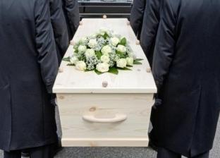 """أسرة ذهبت لدفن متوفى بكورونا فاقتحمت الشرطة المقابر.. """"مطلعش هو"""""""