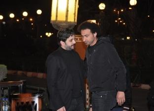 هاني رمزي وأكرم حسني يصلان عزاء والدة مصطفى خاطر