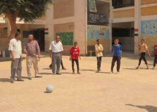 """وكيل """"تعليم المنيا"""" يلعب كرة القدم مع طلاب الإعدادية في سمالوط"""