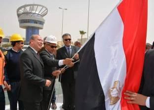 بالصور| محافظ دمياط ووزيرا النقل والبترول يرفعون العلم المصري على قاطرتين