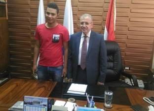 """رئيس شركة المياه يوقع على استمارة """"علشان تبنيها"""" لدعم ترشح الرئيس"""