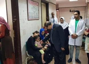 وقف عدد من العاملين بمستشفى وإدارة تلا الطبية بالمنوفية