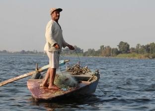 كراكات الرى تقتل أسماك فرع دمياط.. والصيادون: «بنشحت»