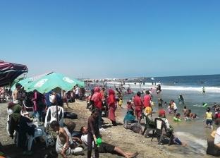 صور.. توافد المواطنين على مصيف بلطيم في ثالث أيام العيد
