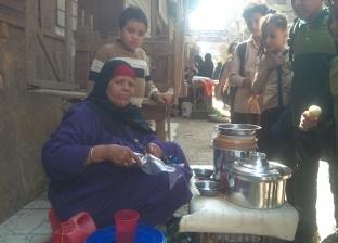 كشرى «بدرية» يتحدى ساندويتشات الأمهات: رزقى ورزق عيالى على طلبة المدارس