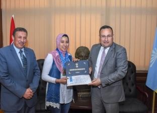 محافظ الإسكندرية يكرّم رانيا محمد بطلة العالم في رفع الأثقال
