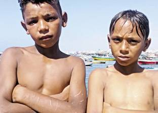 طفلان يهربان من تعذيب الأب إلى شواطئ الإسكندرية