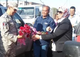 """بالصور  بالورود.. """"برج العرب"""" تستقبل رجال الجيش أمام لجان الاستفتاء"""