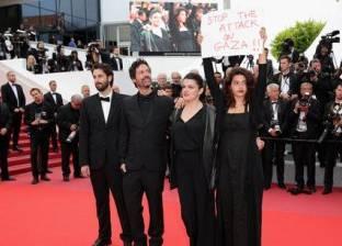 """ممثلة ترفع لافتة """"أوقفوا العدوان على غزة"""" في مهرجان """"كان"""""""