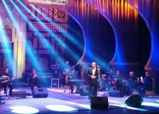 """علي الحجار يفتتح مهرجان الصيف بأغنية """"المال والبنون"""""""