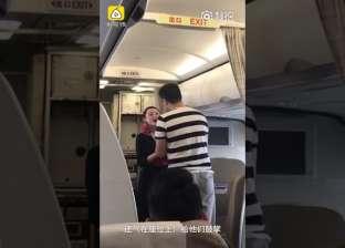 بالفيديو| صديقها طلب يدها على متن الطائرة فطردتها الشركة