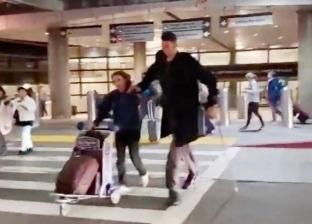 """""""أطول رجل في العالم"""" يلفت الأنظار بمطار """"لوس أنجلوس"""""""