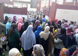 أولياء أمور مدرسة ابتدائية يتظاهرون ضد تقسيمها لـ«حكومى وتجريبى»