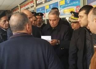 مدير أمن الجيزة يفاجئ وحدة التراخيص.. ويوجه القيادات بتيسير الإجراءات للمواطنين