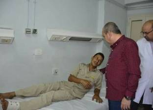 بالصور| محافظ دمياط يطمئن على مصابي حادث انقلاب سيارة شرطة بطريق شطا