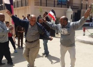 بالصور  مواطنون يرقصون أمام لجان الاستفتاء بالإسكندرية