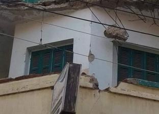 إصابة عامل سقطت عليه أجزاء من شرفة منزل في الغربية
