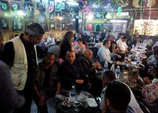 وزيرا الآثار والسياحة وأعضاء بمجلس النواب على مقهى شعبي في الأقصر