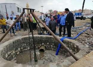 سحب مياه الأمطار المتراكمة بالطريق الصحراوي بالإسكندرية