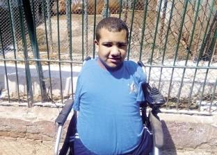 طالب الإعلام مولود دون أطراف.. يكتب بفمه ويتفوق