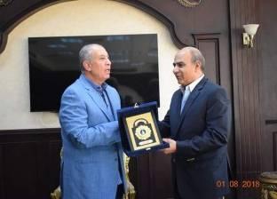 محافظ البحر الأحمر يكرم مساعد مدير الأمن