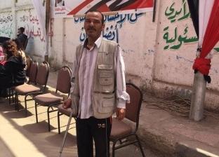 رغم بتر أصبعي قدمه منذ أيام.. أشرف يشارك في الاستفتاء: مصر خيرها علينا