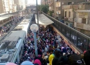 """زحام على رصيف """"عزبة النخل"""" بالمترو.. ومصدر: لدينا أزمة في الصرافين"""