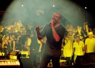 فيديو.. من تريزيجيه لـ محمد صلاح.. أغاني عمرو دياب في أوروبا